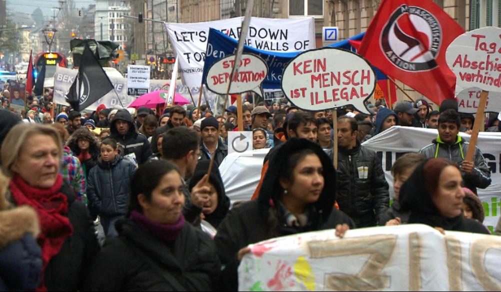 Etwa 1200 Menschen demonstrierten am Samstag, dem 6. Dezember 2014, in Freiburg gegen Abschiebungen und Asylrechtsverschärfungen.